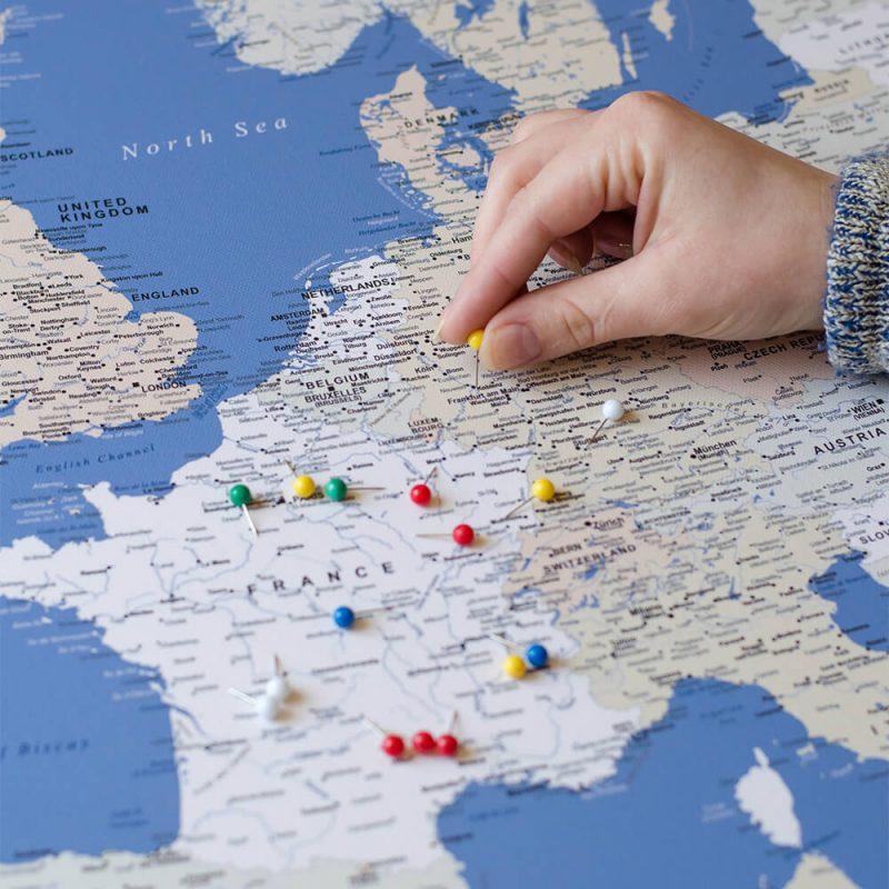Blaue-Europa-Leinwandkarte-mit-Stecknadeln