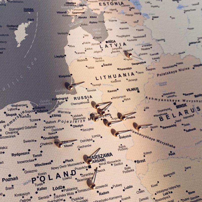 Europa-Karte-Pinnwand-Grau-Detailliert-mit-pinnen