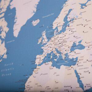 Leinwandbild-zum-pinnen-der-Reiseziele-hellblau