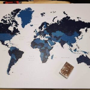 Pinnwand-Weltkarte-mit-pins-marineblau