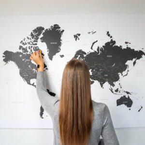 Schwarzweiße-Pinnwand-Weltkarten-mit-strecknadeln