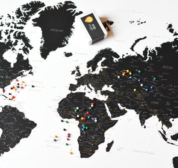 Schwarzweiße-Weltkarte-mit-Stecknadeln-Tripmap