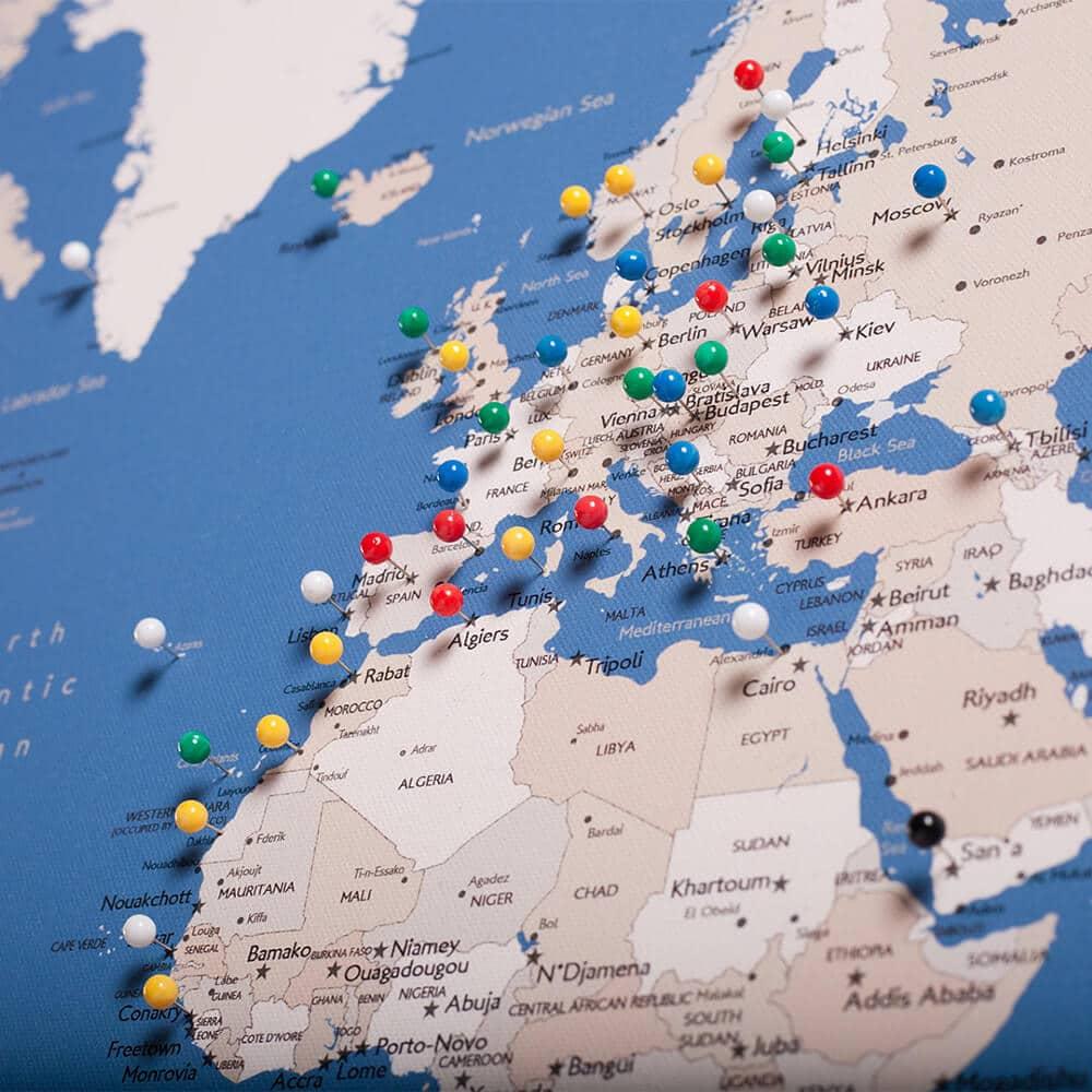 Welt-Reisekarte-Pinnwand-mit-Stecknadeln-Blau