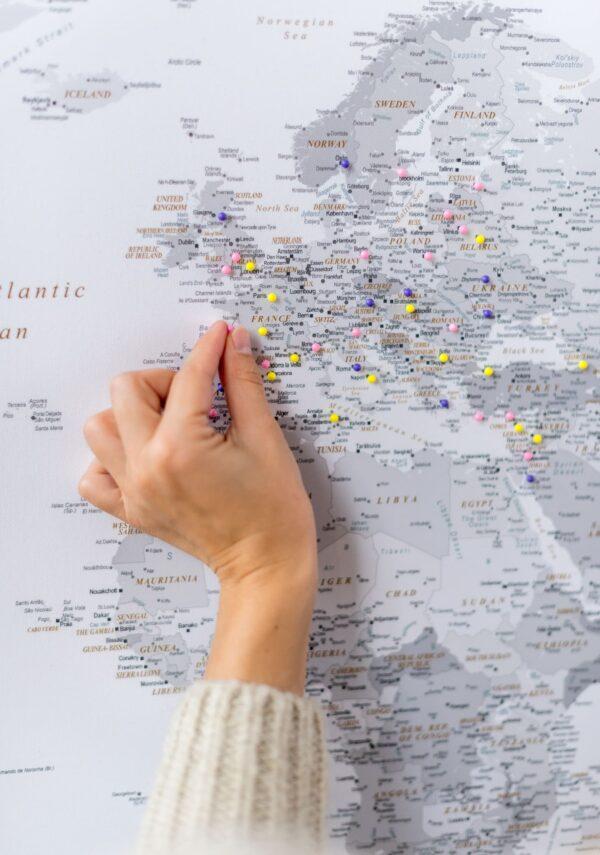 Weltkarte Pinnwand Grau zum pinnen