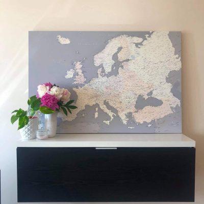 grau europa karte auf kork mit pins