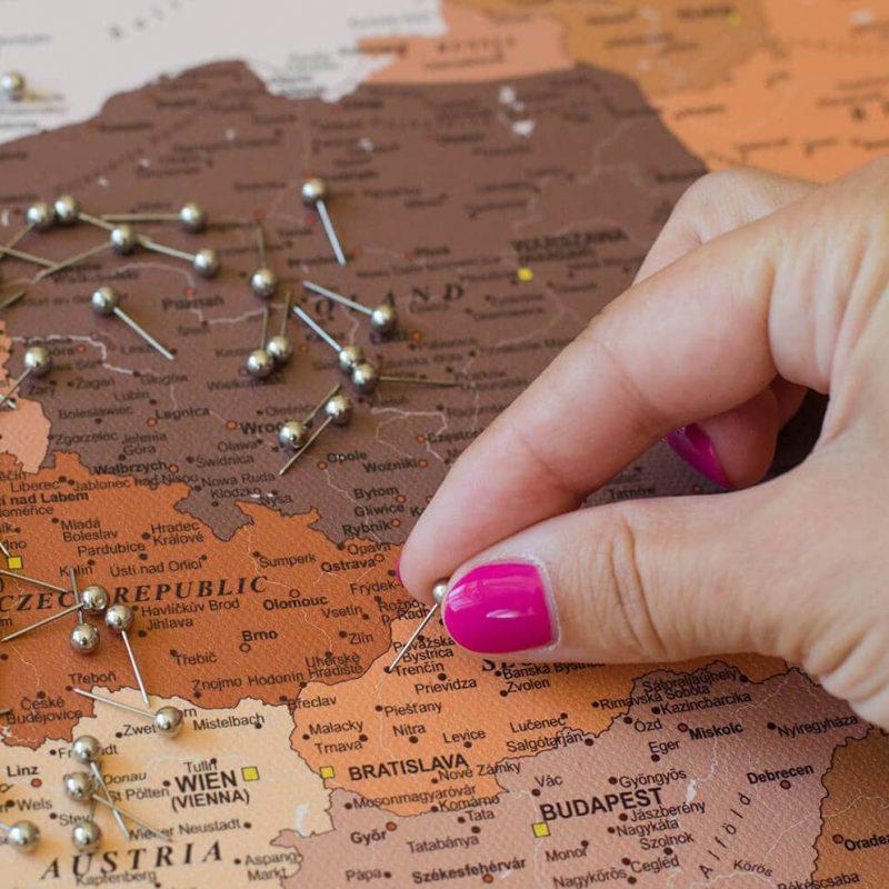 Detaillierte-Europakarte-mit-Stecknadeln-Braun