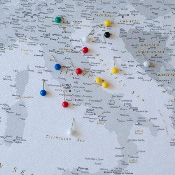 PINNWAND-EUROPAKARTEN-mit-stecknadelfarbe-grau-detailliert