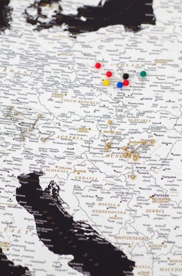 Detailliert-Europa-Pinnwand-Karte-mit-stecknadelfarbe-Modernes-Schwarz