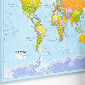 Detaillierte-Karte-auf-Leinwand-mit-stecknadeln-Politisch