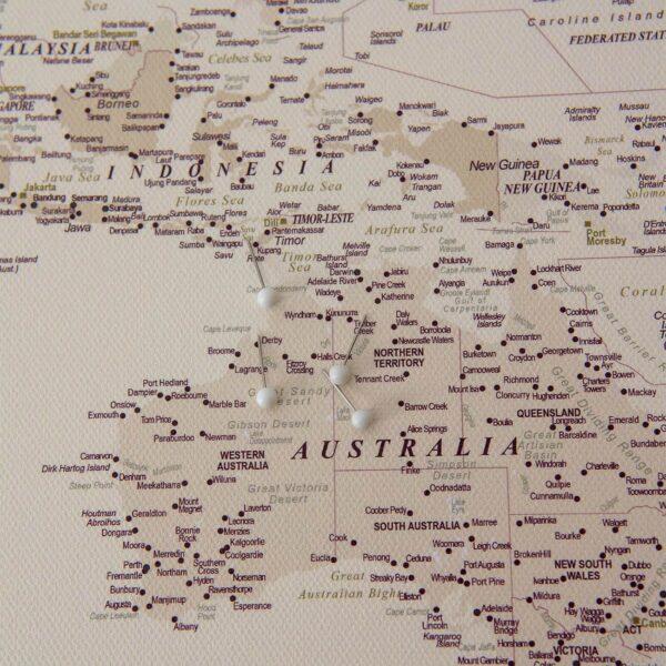 DETAILLIERT-WeltKarte-mit-pins-Wüstensand