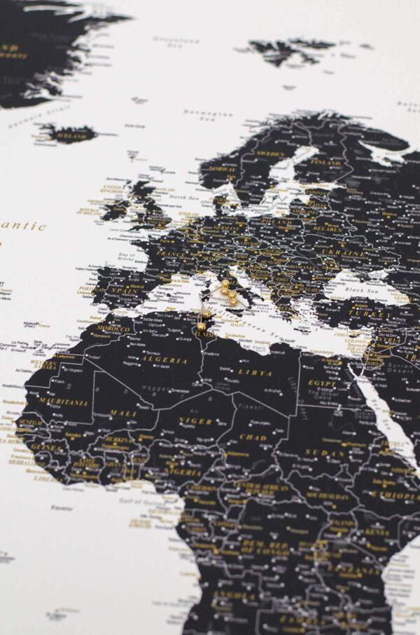 Detaillierte-Pinnwand-Weltkarte-Schwarz-und-Weiß