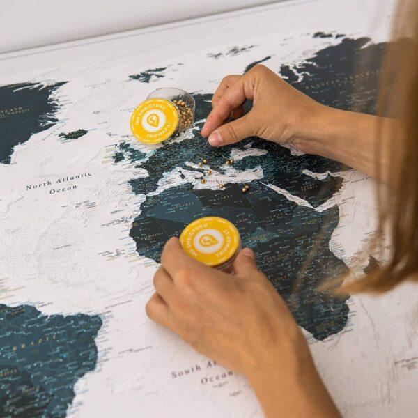 Meerblau-Pinnwand-Weltkarte-mit-stecknadeln