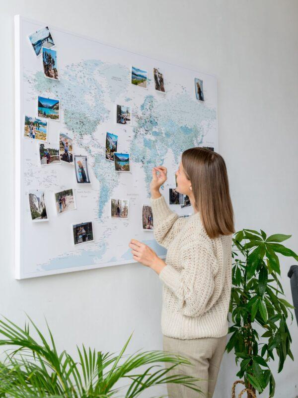 Pinnwand Weltkarte Himmelblau mit stecknadel
