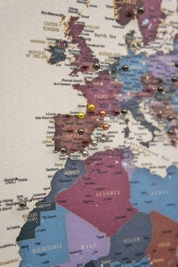 Weintraube-welt-karte-pinnwand-mit-pins-tripmap