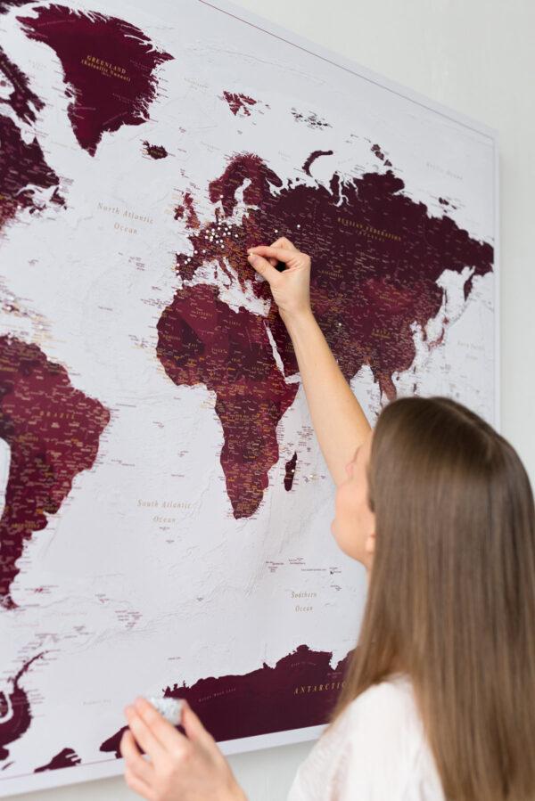 landkarte mit pins burgunderrot