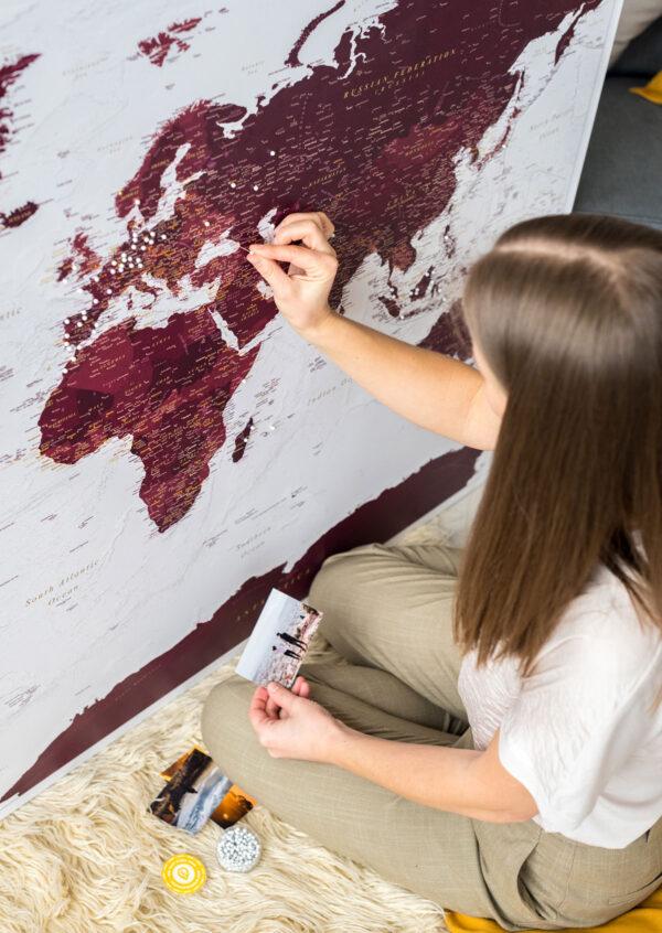 weltkarte zum markieren burgunderrot