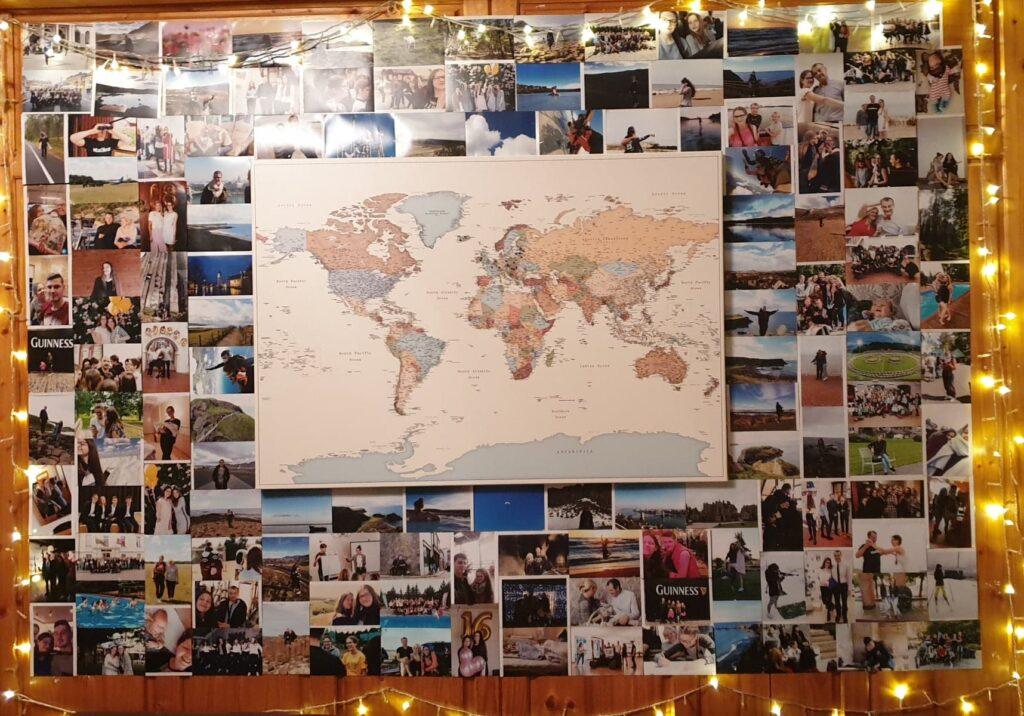 Reisekarte an einer mit Fotos bedeckten Wand