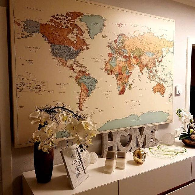 Reisekarten neben einem Regal mit Bildern